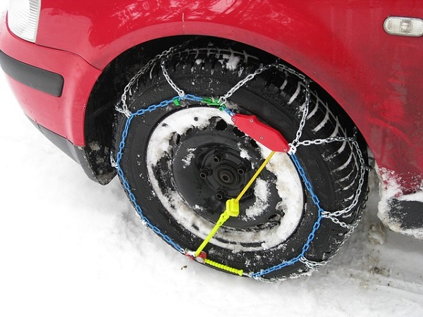 Car tire chains for a snow
